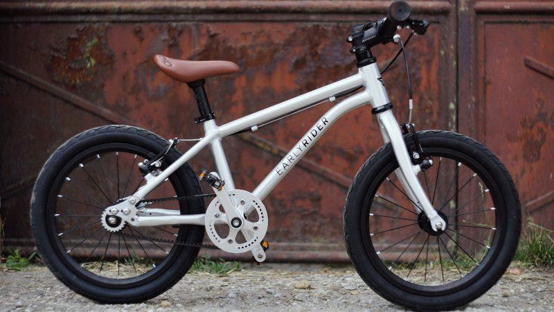 16 palcové kolesá, klinový remeň, radiálny výplet kolies, pneumatiky cestnej motorky
